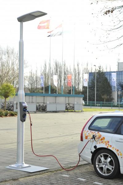 Elektrische Auto Opladen Aan Lantaarnpaal Nieuws Engineersonline Nl
