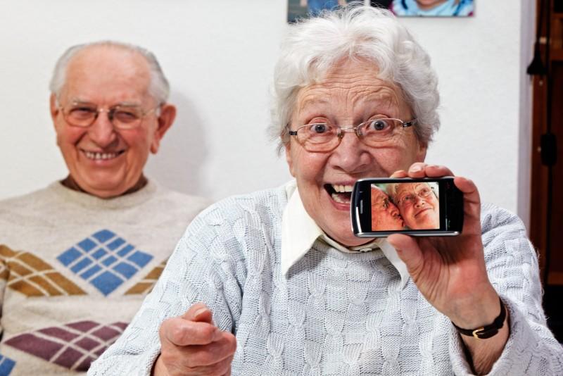 Afbeeldingsresultaat voor ouderen smartphone
